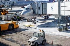 Vorarbeit nahe dem Flugzeug am Flughafen Stockbilder