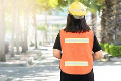 Vorarbeiter beaufsichtigen Bauarbeit, reflektierende Arbeitskleidung der Abnutzung für lizenzfreies stockbild