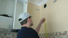 Vorarbeiter in der Küche Prozess der Erneuerung überprüfend stock footage