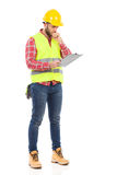Vorarbeiter, der Pläne überprüft Stockbild