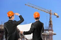 Vorarbeiter, die Baustelle betrachten Lizenzfreies Stockbild
