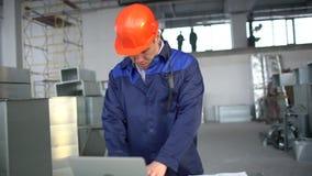 Vorarbeiter in einer Fabrik in einem Schutzhelm Luftkanal eines HVAC-Systems Leute überprüfen industrielle Lufteinlässe einer Bel stock video