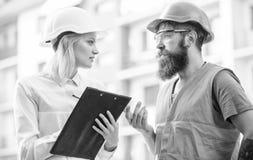 Vorarbeiter hergestellte Versorgung Baumaterialien Experte und Erbauer stehen über VersorgungsBaumaterialien in Verbindung lizenzfreie stockfotografie