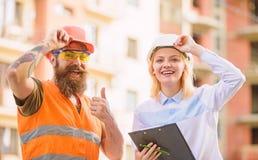 Vorarbeiter hergestellte Versorgung Baumaterialien Experte und Erbauer stehen ?ber VersorgungsBaumaterialien in Verbindung stockfotos