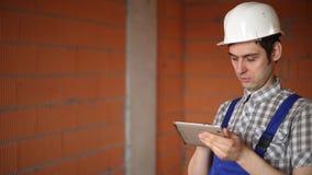 Vorarbeiter mit Tablette stock video footage
