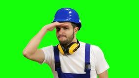 Vorarbeiter steht und untersucht den Abstand und lächelt Grüner Bildschirm stock footage