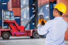 Vorarbeitersteuergabelstapler, der den Behälterkasten behandelt Lizenzfreies Stockfoto
