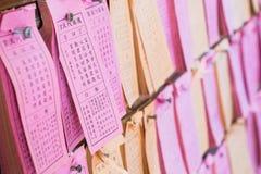 Vorausgesagtes Papier für Antwort von Vermögens-Stöcken oder von Naht-Si oder von Kau-CIM, das an der Wand im chinesischen Tempel lizenzfreie stockfotografie