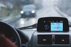 VORBACHZIMMERN, GERMANIA, Februar 2018: Le automobili sulla strada È neve La navigazione di GPS mostra i gradi zero Celsius Lo sg Immagini Stock Libere da Diritti