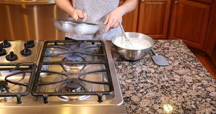 Vorbereiten der Bratpfanne für heißes Speiseöl stock video footage