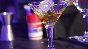 Vorbereiten der Cocktails stock footage