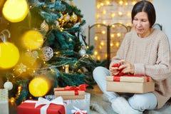 Vorbereiten der Geschenke Stockfotografie
