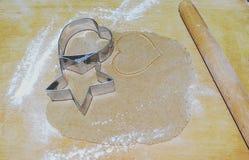 Vorbereiten der Lebkuchen und des zwei Metallschneiders Stockfoto