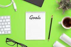 Vorbereiten der Liste der Unternehmensziele Schreibtisch mit Tastatur, Gläser, Tasse Kaffee, Projekte lizenzfreie stockfotografie