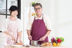 Vorbereiten der Mahlzeit an der Küche Stockfotos