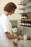 Vorbereiten der Medikation lizenzfreie stockbilder