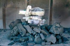 Vorbereiten der rohen Kohle mit Zeitungspapier lizenzfreie stockfotografie