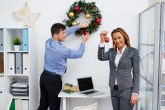 Vorbereiten des Büros für Weihnachten stockbilder