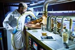 Vorbereiten des Behälters für Bier-Gärung stockbild