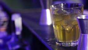Vorbereiten des Cocktails stock footage