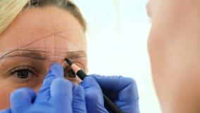 Vorbereiten des dauerhaften Make-upverfahrens der Augenbraue stock video