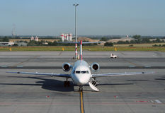 Vorbereiten des Flugzeuges für einen Flug Stockbilder