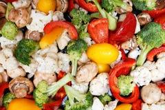 Vorbereiten des gebratenen bunten frischen mixted Gemüses für Abendessen Lizenzfreies Stockbild