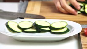 Vorbereiten des Gemüses für das Backen für Guacamolen mit vegies Frühstück stock video footage
