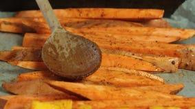 Vorbereiten des Gemüses für das Backen für Guacamolen mit vegies Frühstück stock video