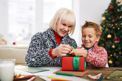 Vorbereiten des Geschenks Stockfoto