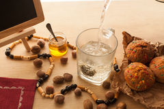 Vorbereiten des grünen Tees der chinesischen Blume mit Jasminsatz mit frischen gerade gebackenen kleinen Kuchen Stockfoto