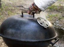 Vorbereiten des Grills stockfotografie