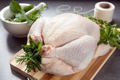 Vorbereiten des Huhns für Röstung Lizenzfreie Stockbilder