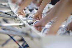 Vorbereiten des Kanus für das Rennen Stockfotografie