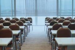 Vorbereiten des Konferenzsaales stockfotos