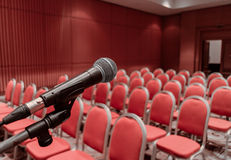 Vorbereiten des Mikrofons auf Podium des Konferenzsaal- oder Seminarraumereignisses lizenzfreie stockbilder