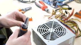 Vorbereiten des Schraubenziehers für Reparaturstromversorgungscomputer stock video footage