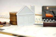 Vorbereiten des Vertrages im Immobilienbüro Stockbilder