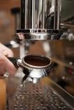 Vorbereiten einer coffe Maschine mit gemahlenem Kaffee Lizenzfreie Stockfotografie
