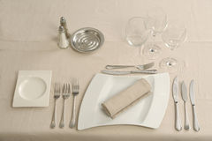 Vorbereiten einer Tabelle in einer Gaststätte Lizenzfreie Stockfotos
