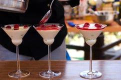 Vorbereiten eines süßen rapsberry Cocktails Stockfotos