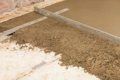 Vorbereiten eines Zementestrichs Lizenzfreie Stockfotos