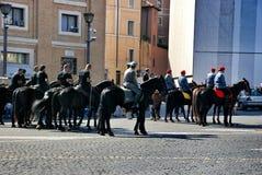 Vorbereiten für die Rede des Papstes im Quadrat an St Peter Basilika Stockfotos