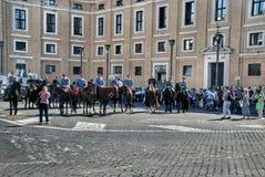 Vorbereiten für die Rede des Papstes im Quadrat an St Peter Basilika Lizenzfreie Stockfotografie