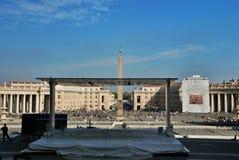 Vorbereiten für die Rede des Papstes im Quadrat an St Peter Basilika Lizenzfreies Stockfoto