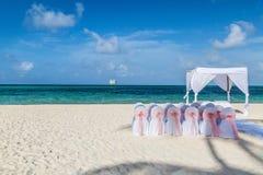 Vorbereiten für eine schöne Strandhochzeit Lizenzfreies Stockfoto