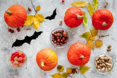 Vorbereiten für Halloween Kürbise und Papier schlägt auf Draufsicht des grauen Hintergrundes Stockfotografie