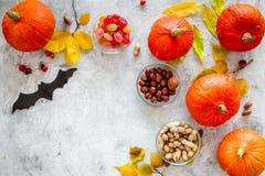 Vorbereiten für Halloween Kürbise und Papier schlägt auf grauem copyspace Draufsicht des Hintergrundes Lizenzfreies Stockbild