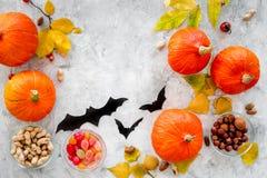 Vorbereiten für Halloween Kürbise und Papier schlägt auf grauem copyspace Draufsicht des Hintergrundes Lizenzfreie Stockfotografie