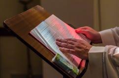 Vorbereiten für Taufe in der katholischen Kirche Lizenzfreie Stockfotografie